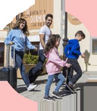 Familia caminando con maletas hacia el hotel de Sendaviva.