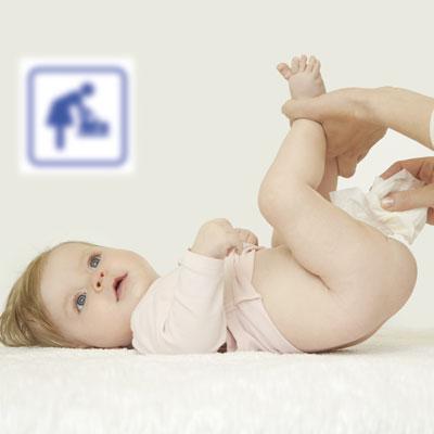 Cambiador para bebé con bebé encima siendo cambiado en los baños de Sendaviva.