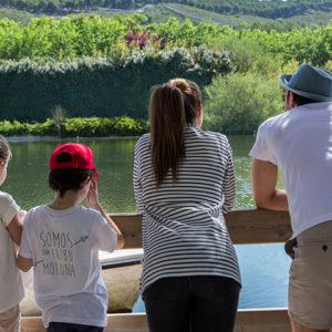 familia mirando el lago