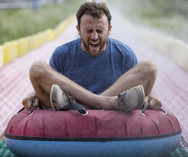Hombre montado en el flotador.