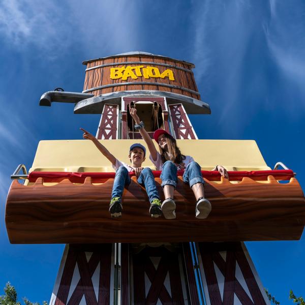 dos niños subidos en la batida