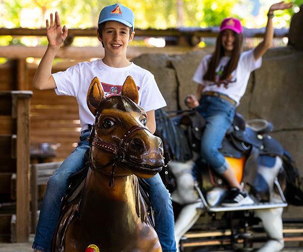 Niños montados en el caballo