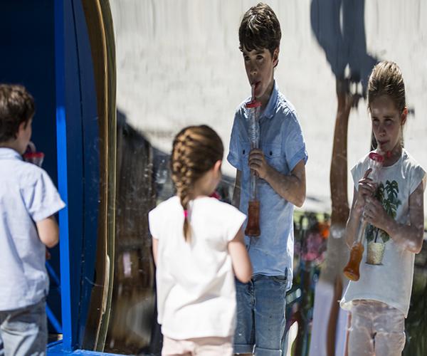 Niños delante del espejo con un granizado
