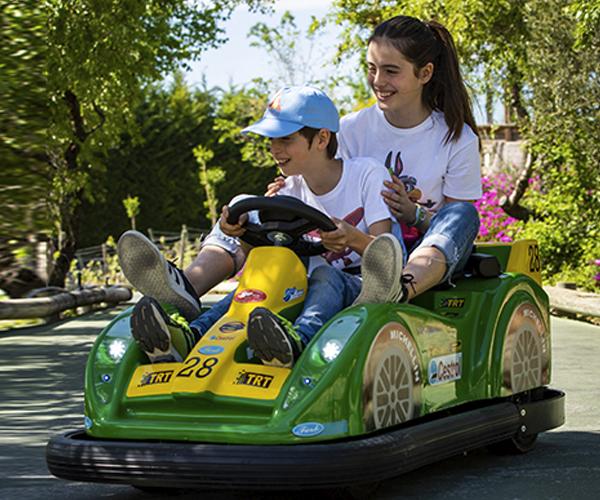Niño conduciendo el coche junto a su hermana.