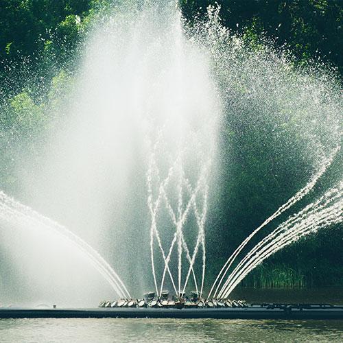 Imagen de los shows de agua. Chorros de agua haciendo espirales.