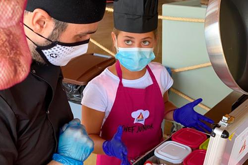 Niña enseñando lo que ha cocinado en el Campamento Chef de Sendaviva.